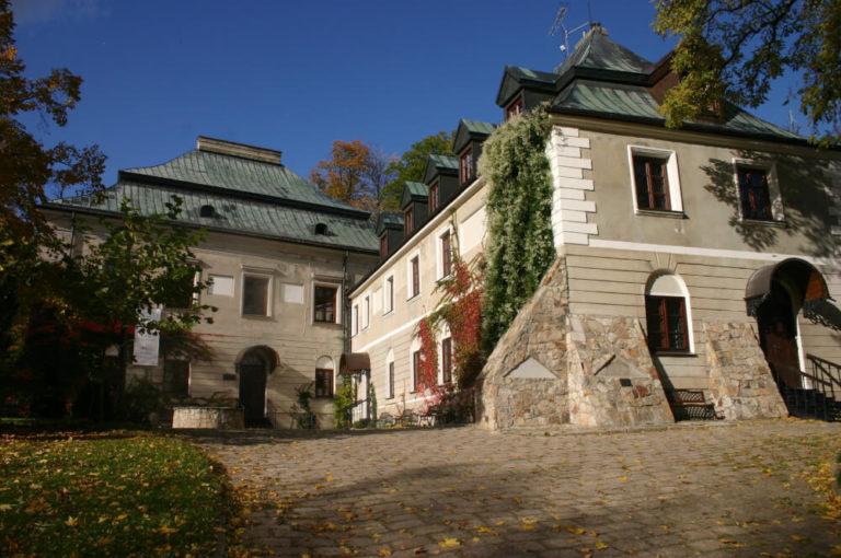 Prace remontowe w zabytkowym pałacu w Chlewiskach